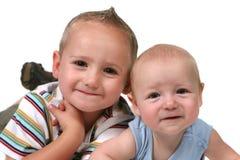 2 Brüder auf ihrem Tummys Stockfoto