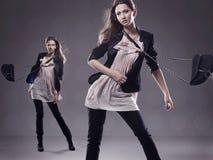 2 brunettes που θέτουν τις νεολαί& Στοκ Εικόνα