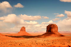 2 Buttes na sombra no vale o Arizona do monumento Fotografia de Stock Royalty Free