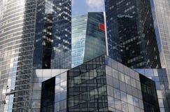 2 byggnader moderna paris Arkivfoton