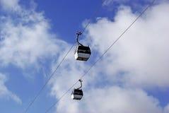 2 cabinas de funicular en cielo. Fotos de archivo