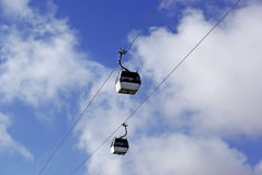 2 cabines van Kabelbaan in hemel. Stock Foto's