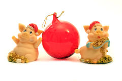 2 cerdos y bola roja Fotografía de archivo libre de regalías