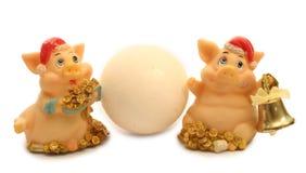 2 cerdos y bolas de nieve Fotografía de archivo libre de regalías