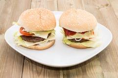 2 Cheeseburgers на плите Стоковая Фотография