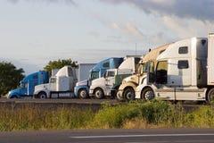 2 ciężarówki linii Fotografia Royalty Free