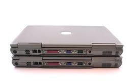 2 computer portatili su una priorità bassa bianca Immagini Stock
