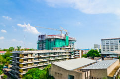 2 crains на новом месте constraction многоэтажного здания Стоковая Фотография RF