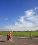 2 cykelbarn som leker sparkcykeltoyen Arkivbilder