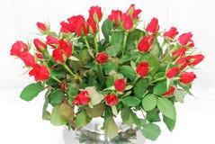 2 czerwonych róż wiązek srebrną wazę Obrazy Stock