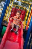 2 de éénjarigen gemengde spelen van de rasjongen in speelplaats Royalty-vrije Stock Foto's
