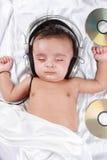 2 de oude baby die van de maand aan muziek luistert Royalty-vrije Stock Foto's