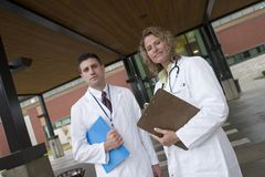2 doctors outside of hospital Stock Photography