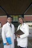 2 Doktoren außerhalb des Krankenhauses Lizenzfreie Stockfotografie