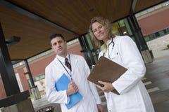 2 Doktoren außerhalb des Krankenhauses Stockfotografie