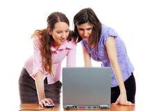 2 donne eleganti con un computer portatile Fotografia Stock