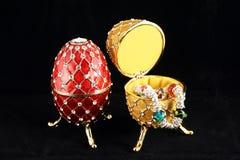 2 dyrbara easter ägg Arkivfoton