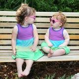 2 dziecka sukni dziewczyn słońca okulary przeciwsłoneczne dwa Fotografia Stock