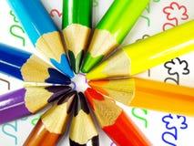 2 färgade blyertspennor Arkivbild