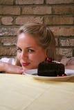 2 för chokladfrestelse v för cake cheery kvinna arkivbild