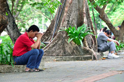 2 Fahter beten, damit sein Sohn 120 von 4.200 ist Lizenzfreie Stockfotografie