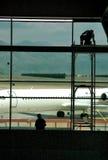 2 flygplatsarbetare Arkivfoton