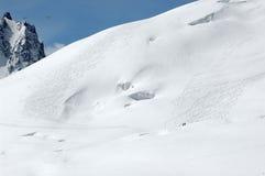 2 fuori dagli sciatori della traccia sul blanc di mt Fotografia Stock Libera da Diritti