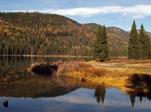 2 gór refleksji nad jeziorem Fotografia Royalty Free