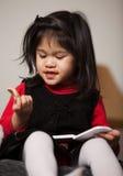 2 gammala litet barnår för förtjusande gullig flicka Arkivfoto