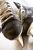 2 gammala skridskor två för hockeyis Royaltyfri Foto