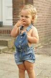 2 gammala ståendeår för gullig flicka Royaltyfri Foto