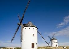 2 gammala windmills Arkivfoton