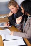 2 genti di affari che lavorano ad alcuni calcoli Fotografie Stock Libere da Diritti