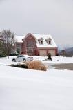2 Geschichte Ziegelstein-Haus im Winter Stockbilder