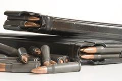 2 Gewehrzeitschriften und -gewehrkugeln. Lizenzfreie Stockfotos