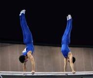 2 gimnastas en barrases paralelas Imagen de archivo