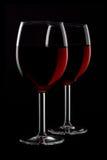 2 glassed красного вина изолированного на черной предпосылке Стоковое Изображение