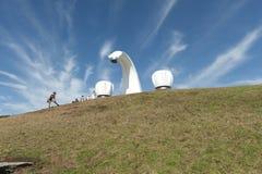 2 golpecitos y esculturas del canalón de agua por el mar Foto de archivo libre de regalías