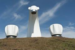 2 golpecitos y esculturas del canalón de agua por el mar Imagenes de archivo