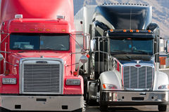 2 hastiga lastbillastbilar två Arkivbilder