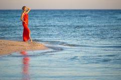 2 hav för orange för klänningkantflicka arkivfoton