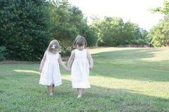 2 hermanas que disfrutan del aire libre Imagen de archivo