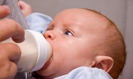 2 het Drinken van de Jongen van de Baby van de maand Oude Fles Stock Afbeeldingen