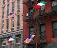 2 het Italiaanse vlaggen vliegen van de V.S. en van 2 Royalty-vrije Stock Foto