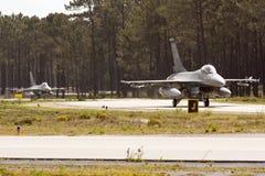 2 het Portugese F16 belasten. Royalty-vrije Stock Afbeelding
