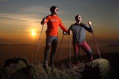 2 hikers на верхней части холма Стоковая Фотография
