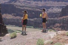2 hikers с бутылками воды Стоковое Изображение RF