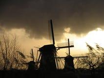2 holländska kinderdijkwindmills Arkivbilder