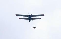 2 hopp plane skydiveren Royaltyfria Bilder