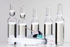 2 injektionssprutaliten medicinflaska Fotografering för Bildbyråer